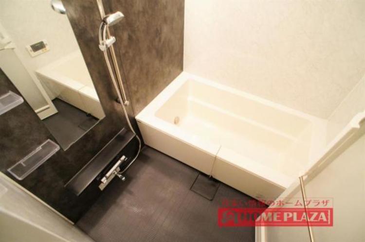 ゆったり足を延ばして入れる大きさの浴槽で、リラックスしたバスタイムをお楽しみいただけます。