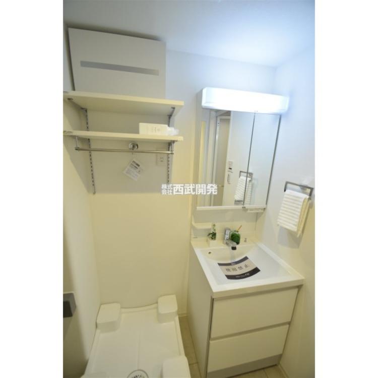 機能的でありながらシンプルなスタイルの洗面化粧台です。全収納型のミラーキャビネットで細かいものもスッキリ収納できます。