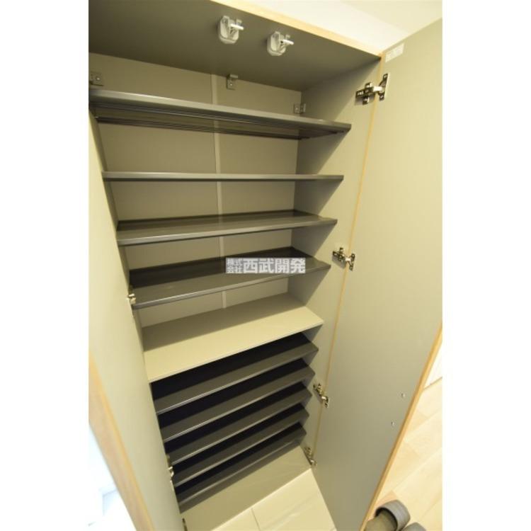 中の棚板は可動式なのでブーツや長靴なども楽々収納できます!