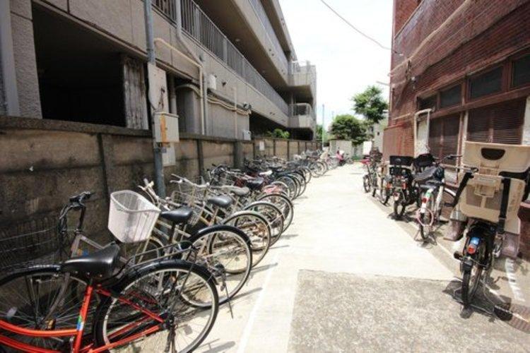 平置きの駐輪スペースが嬉しいですね。電動自転車をお持ちの方でも難なくお停め頂けます。※空き状況は都度ご確認下さい