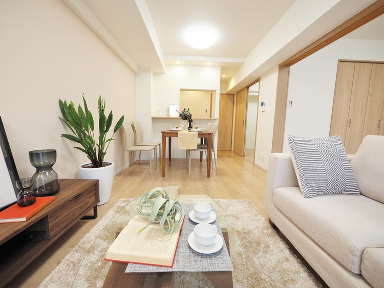 明るく開放的な空間が広がる、キッチン・ダイニング・リビング。室内には豊かな陽光が注ぎ込み、爽やかな住空間を演出。