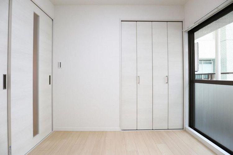 「洋室」バルコニーに面する明るい室内