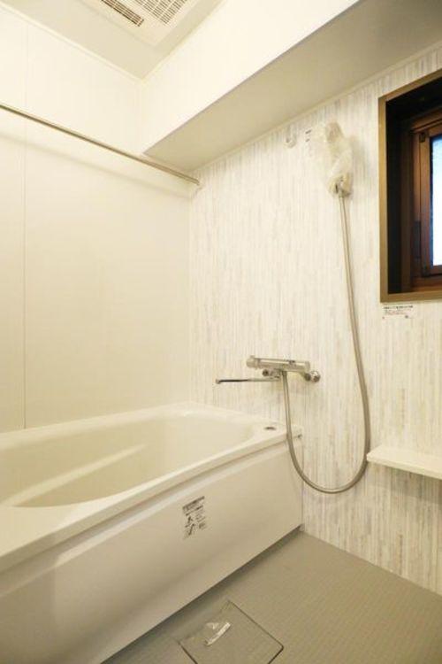 「バスルーム」浴室乾燥機・窓付きで、清潔に保てます。