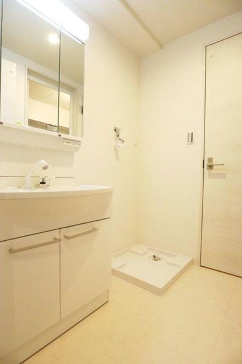 「洗面室」白を基調とした清潔感のある洗面室