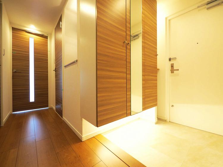 間接照明で優しい雰囲気の玄関がお出迎えしてくれます