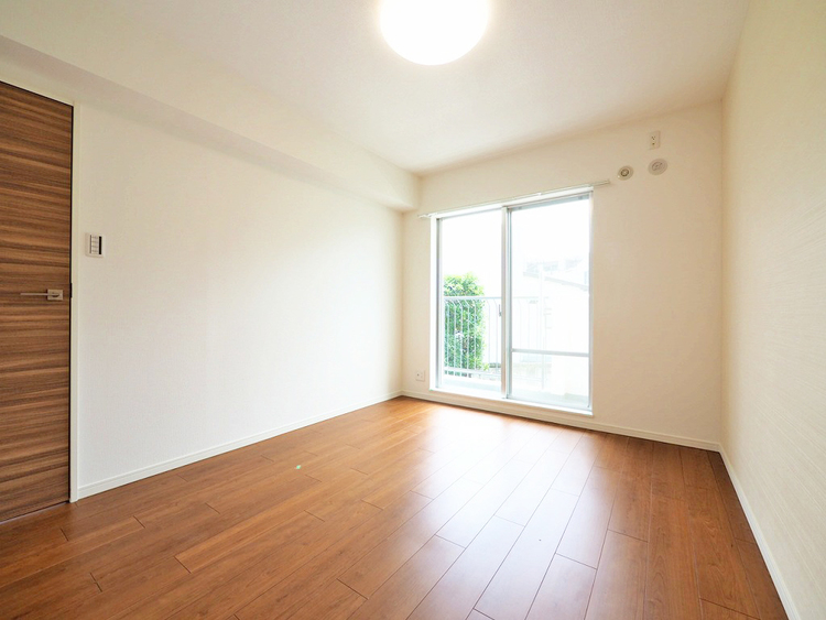 6.1帖洋室 バルコニーに面して明るいお部屋です
