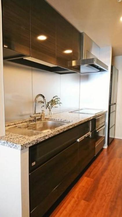 3.8帖キッチン。食器棚も備わっています。