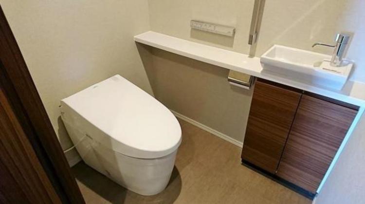 お掃除ラクラクなタンクレストイレです。