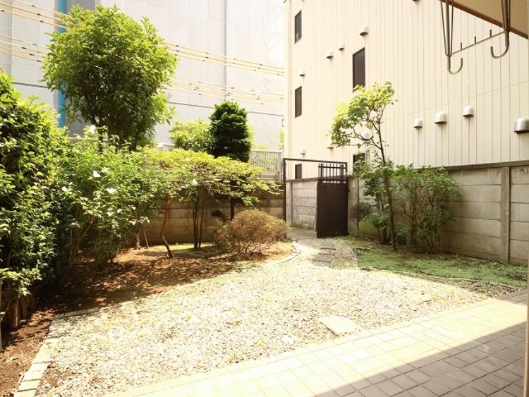 広いお庭でランチやディナーをしたり、夏のこの時期は小さなプールを置いたり、住まわれる方によって使い方も変わるもうひとつのリビングです。