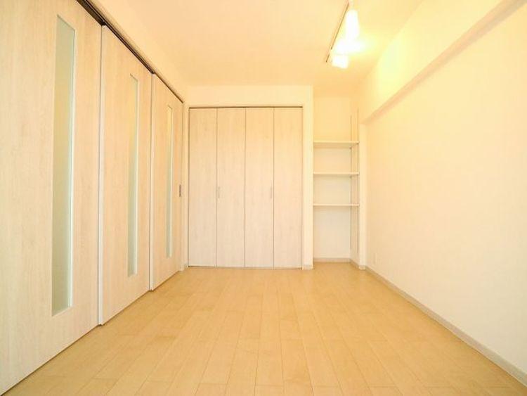 リビングに隣接した洋室は、クローゼットも大きく洋服や小物をたくさん収納できるのでお部屋をすっきりさせることができます。
