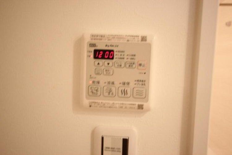 温風で洗濯物を乾燥させる、雨の日に便利な設備。浴室を換気してカビ発生を防ぎ、掃除の手間を減らせます。事前に暖房を入れて入浴することで「ヒートショック現象」を防ぐ効果も。