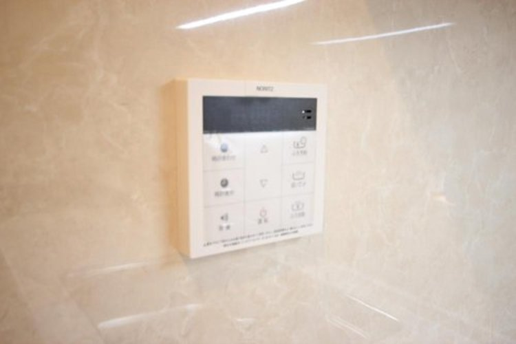 見やすい画面で操作しやすい給湯パネルです。スイッチ1つで一定量の湯を浴槽に張るなどお忙しい奥様にも嬉しいポイントです。