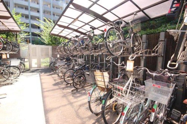 きちんと整頓された駐輪場は気持ちよく、住む方達のお互いを気遣い、尊重する配慮がうかがえます。
