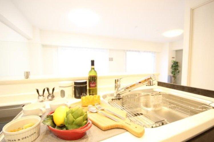 対面式キッチンなら、リビングにいる家族の様子を見ながら料理ができるので安心です。会話と料理を楽しみながら存分に腕を振るって下さい。