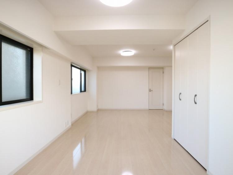 リビングと隣接の洋室は天井、フローリングと同じ色合いで揃えております。