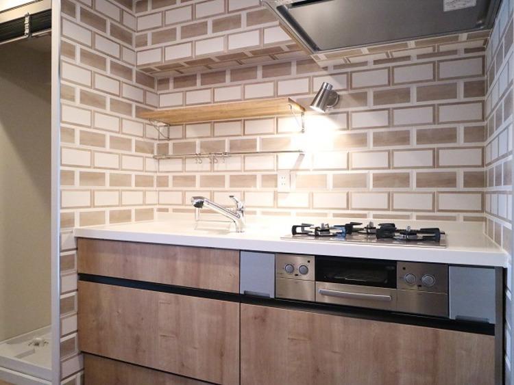 ブラウンの木目が美しい清潔感のあるキッチン。使い勝手の良い設備のキッチンで効率よくお料理ができます。家族の健康はこのキッチンから♪
