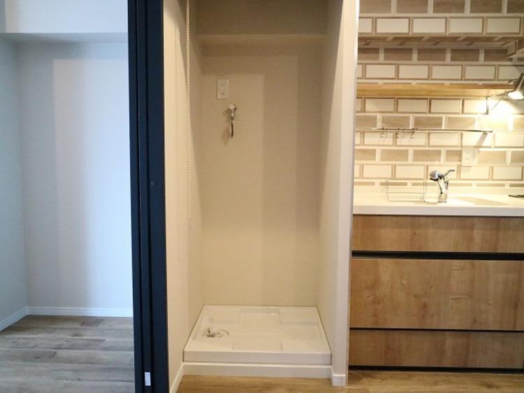 キッチンの隣に洗濯機スペースを設置。 動線を考え、水廻りをまとめスッキリとした空間に。