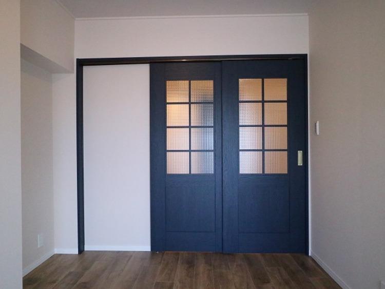 隣接するリビングとの色味を合わせながら、落ち着きのあるお部屋をご用意。センスのある建具のデザインが魅力。