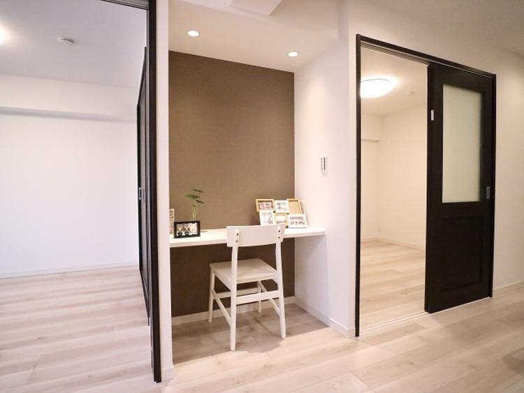 広々としたリビングの一画にワークデスクを設置。オープンな書斎にすることで、家族みんなの共用スペースに。