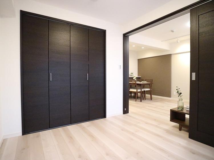 リビングに隣接した洋室は、約4.8帖です。クローゼットも広く洋服や小物をたくさん収納できるのでお部屋をすっきりさせることができます。