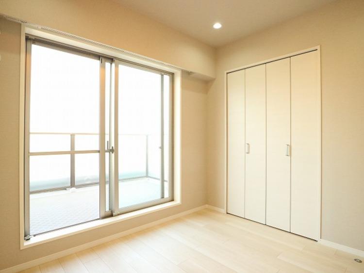 大きな窓からたっぷりと陽光が注がれる明るい空間。一日の疲れをいやしてくれる寝室。時を忘れて過ごす場所として過ごせるお部屋。