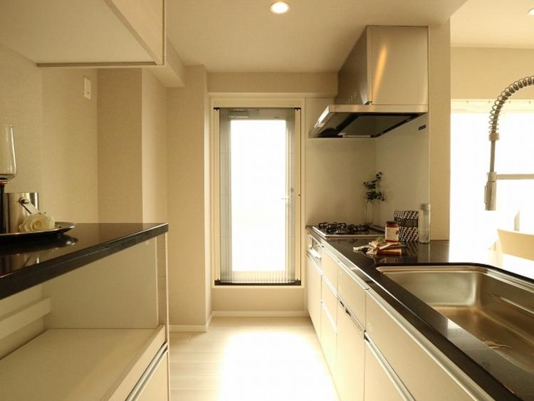 ゆったりと調理ができる位のスペースを実現したキッチン。人に寄り添った美しい道具、使いこなす楽しみも教えてくれるシステムキッチンです。