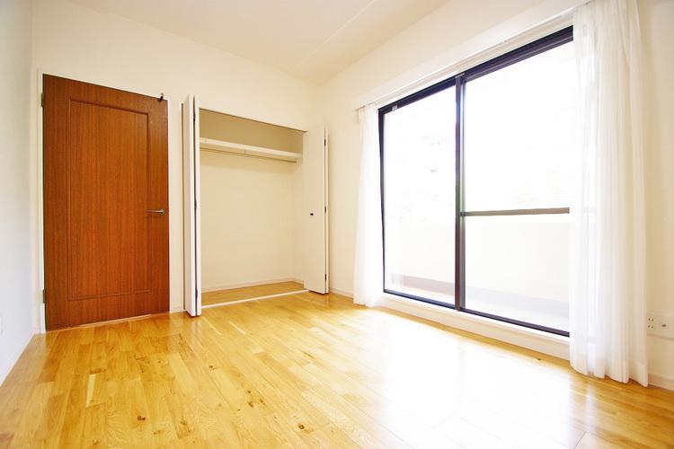 洋室約6.4帖 収納スペース付き