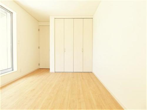 陽光浴びる外壁が白さを際立たせ、明るい外回り空間を生み出しますの画像