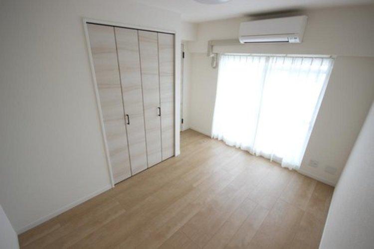 ゆとりを感じさせる広さの主寝室は、心身を静かに満たすシックな趣き。シンプルでありながらも洗練された素敵な居室です。採光と通風に優れ、衣服等をたっぷりしまえる収納も備えています。