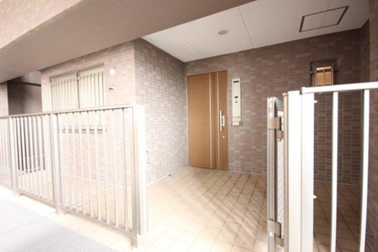 門扉付き玄関ポーチ付き。ご家族の帰りや訪れる方を優しく迎える、安らぎに満ちた空間です。