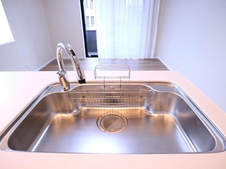 水栓に触れなくてもセンサーに手をかざすだけ、ラクラク操作の「タッチレス水栓」。衛生面から見ても安心です。