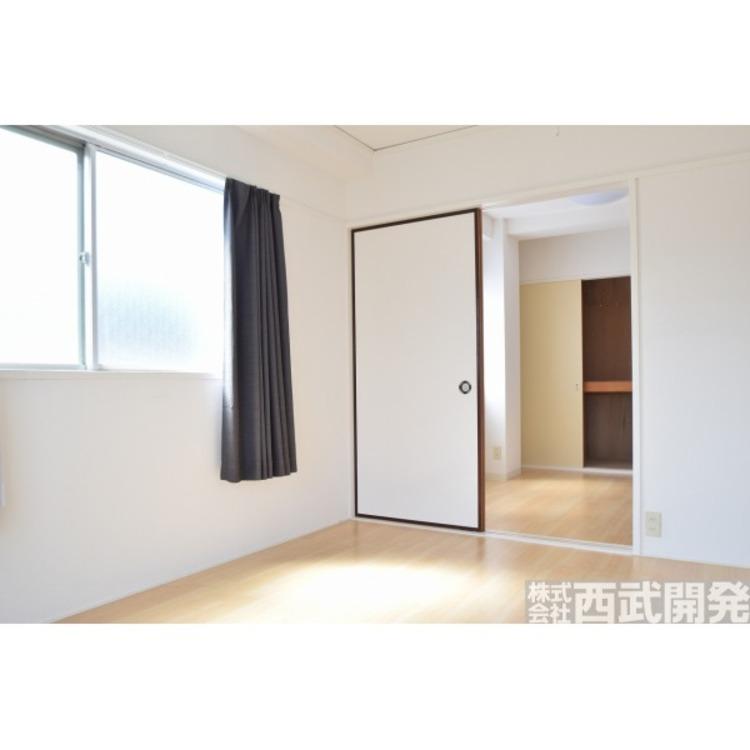 【洋室】洋室約6帖と約4帖の空間になります