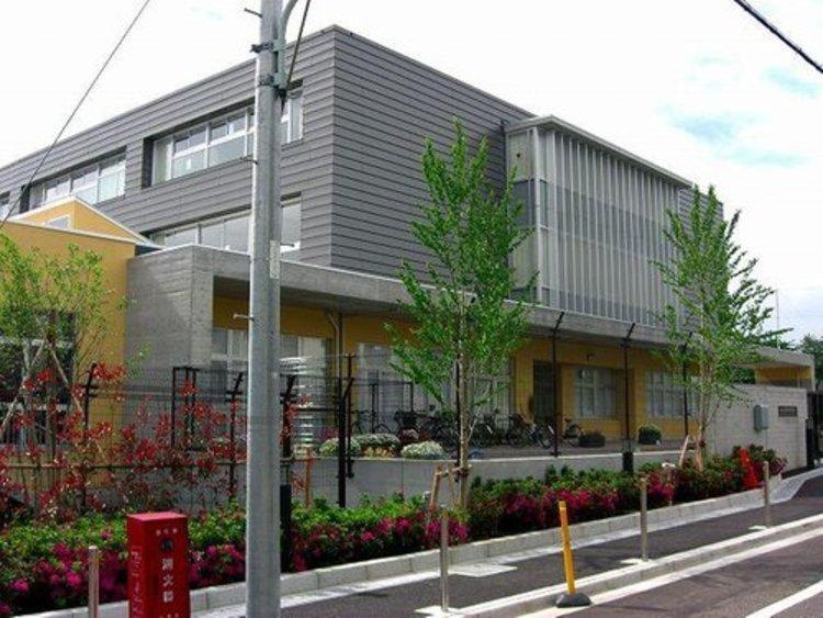 目黒区立中央中学校まで1200m。目黒区立中学校初の統合校として平成18年に開校し、今年で14年目を迎えました。教育目標は「自立と共生」です。