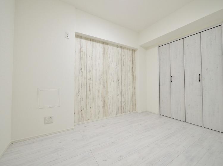 白を基調とした部屋は、部屋をより広く見せ、光を反射するので部屋を明るく美しく見せる効果もあります。