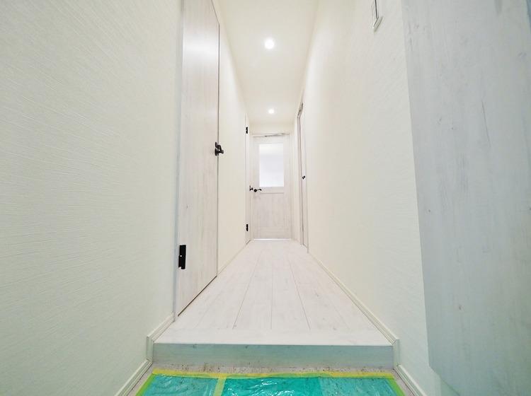 清潔感溢れるホワイトパネルの玄関がお出迎えする本邸宅の物語は、ここからは始まる日常を期待させます。