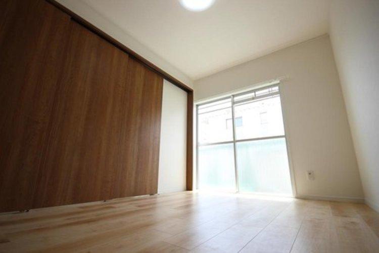 リビングに隣接する居室。引き戸を開け放てば2部屋が一体となり広々とお使いいただけます。快適空間が生まれることで、家族が集まりやすくなりますね。