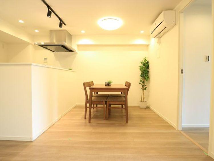 4人掛けのダイニングテーブルとソファ、リビングテーブルを置いてもゆったりとしたスペースがあるLDKです。