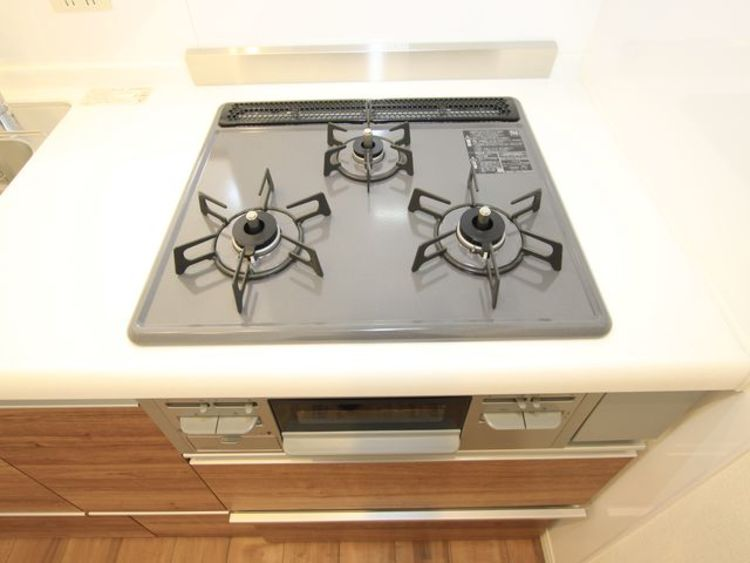 三口コンロで、お料理の効率もアップ。使い勝手の良さを考えました。受け皿のないフラット天板で、お手入れもラクラク。