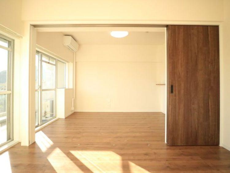 隣接するリビングとの色味を合わせながら、落ち着きのあるシンプルなお部屋をご用意。仕切って寝室にも、開放して大空間のリビングにもなります。