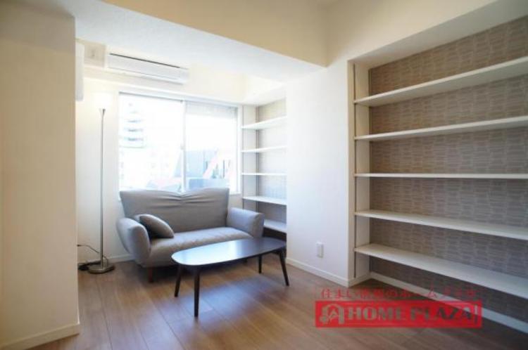 大きな棚付きの洋室は、間仕切りを大きく開いて、リビングの一角としてお使いいただけます。