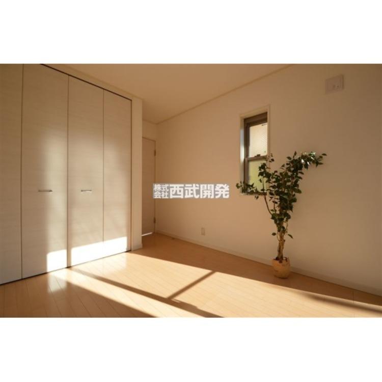 南に面した洋室は陽当り・通風ともに良好です。明るいお部屋はそれだけで気分が晴れやかになりますね。