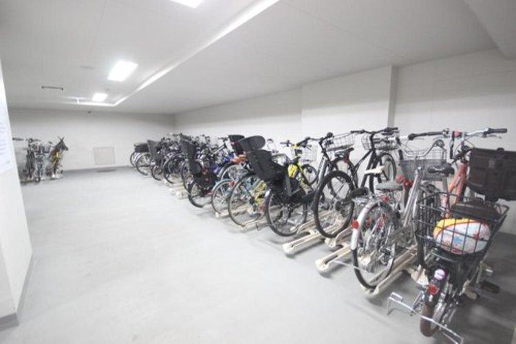 屋内の自転車置場を備えていますので、雨の日でも楽々。※空き状況は都度ご確認下さい。