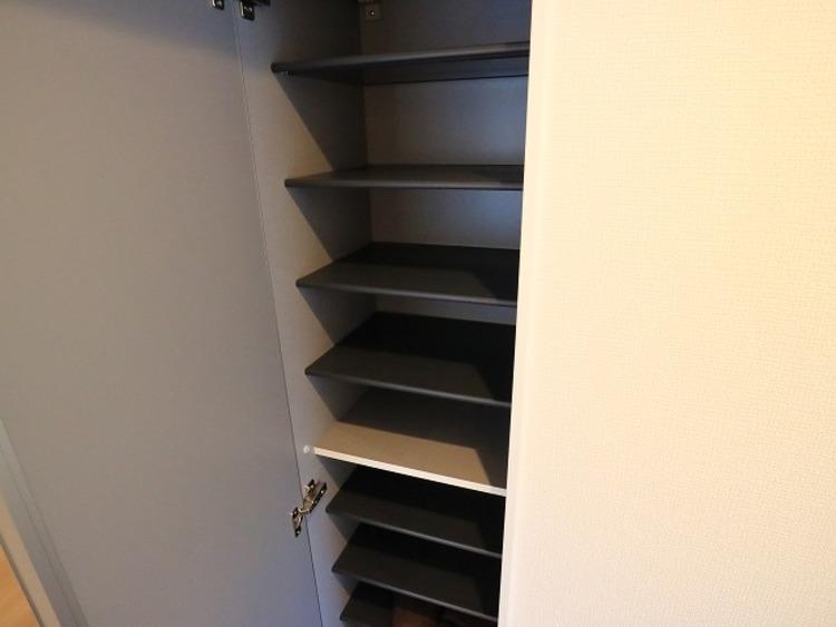 清潔感のある空間を保てるよう、収納スペースを設置。玄関をスッキリ綺麗な空間に纏めます。