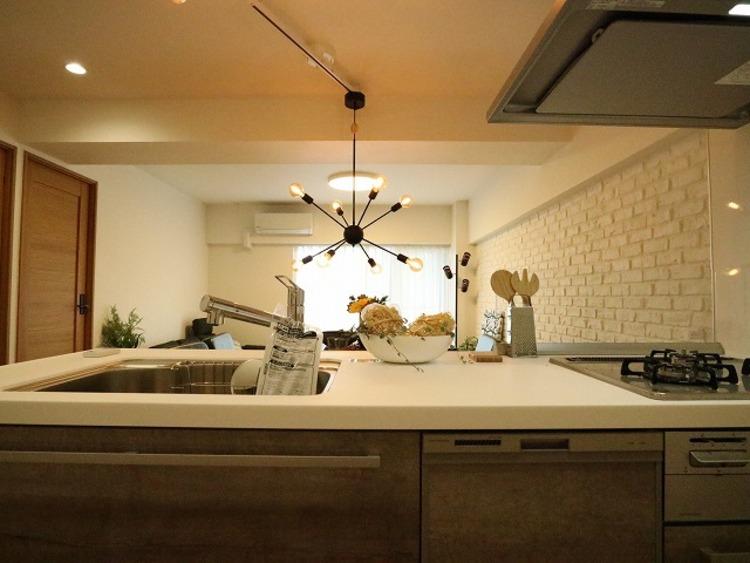 リビングと一体化した対面キッチンは、家事をする奥様とリビングにいるご家族を優しくつなぎます。おしゃべりは絶やすことなく、小さなお子様を見守ることもできる機能的なキッチン。