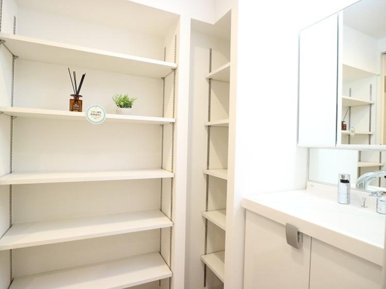 全面室には可動棚付きの収納棚があります。タオルや洗剤の買い置きなど物が溢れるサニタリーには重宝する収納です。