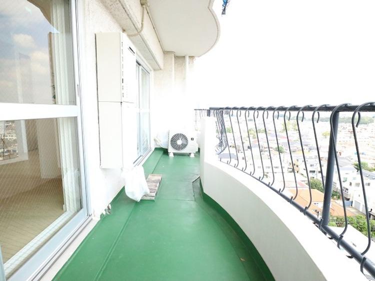 リビングに面した広々したバルコニーは日当り良好です。上層階ならではの開放感と爽やかな風を感じていただけると思います。