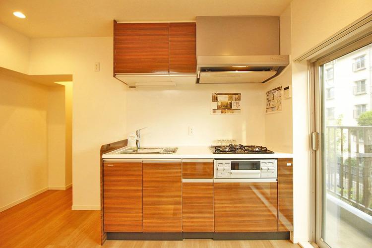 ブラウン色のキッチンで、ご家族みんなで楽しくお料理できます