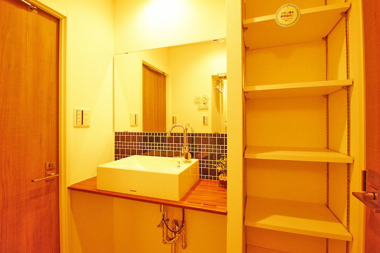豊富な収納スペースを完備した洗面室