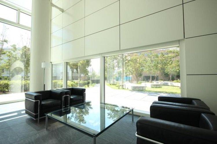 開放感溢れる空間。一面は全てガラス貼り、厳選された素材で構成された壁面。ホテルライクな共用部分は充実さも兼ね備えています。