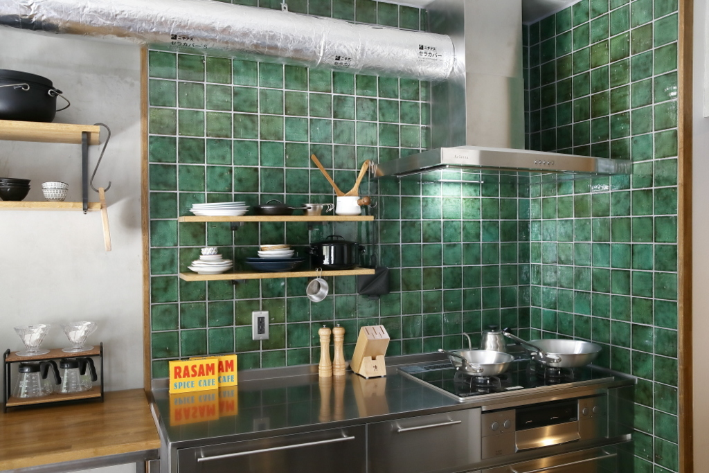 キッチンにはグリーンのタイル壁。ステンレスのキッチンとよく合います。